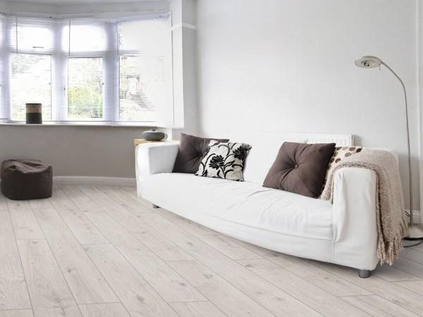 Die Weißen Laminat Designer Verwenden Sehr Gerne Im Inneren Des Stils  Minimalismus Und Vervollständigen Die Registrierung Von Grauvioletten  Elementen.