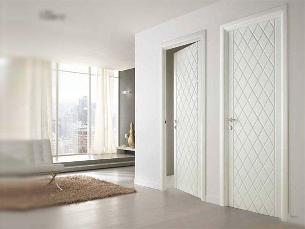 Laminat Im Innenraum Mit Interroom Türen. Wählen Sie Ein Farbkonzept.  Leichtes Laminat Und Dunkle Türen