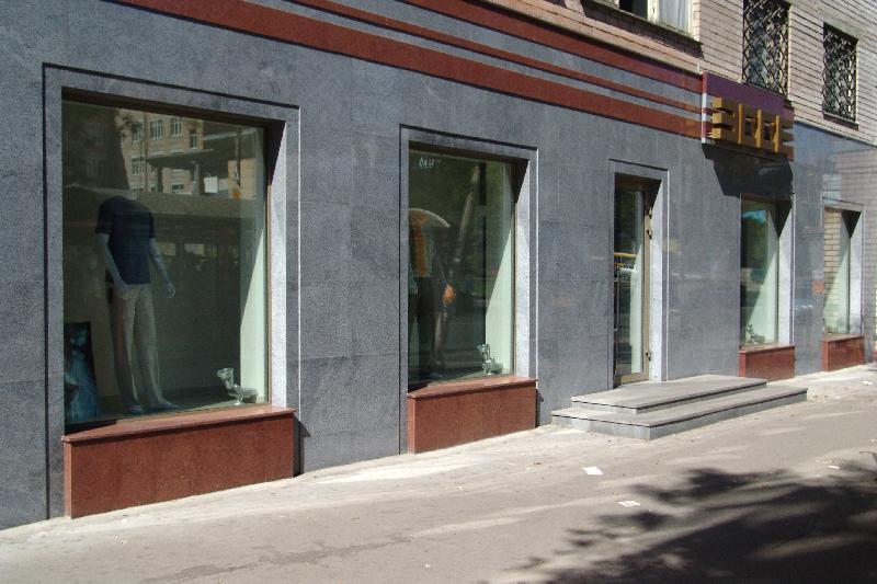 La facciata è rifinita con pietra e legno rivestimenti esterni